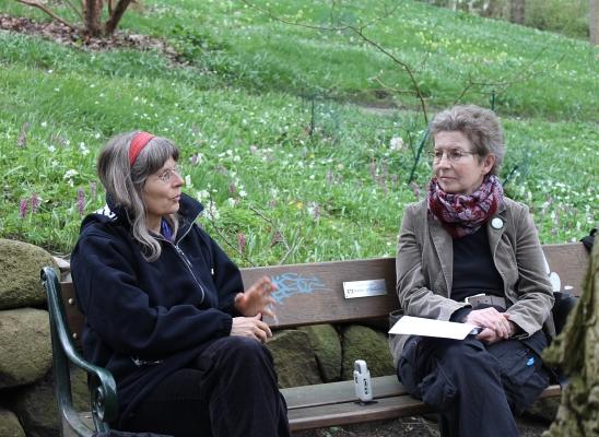 Anja Röhl mit SB-Redakteurin auf einer Parkbank - Foto: © 2014 by Schattenblick