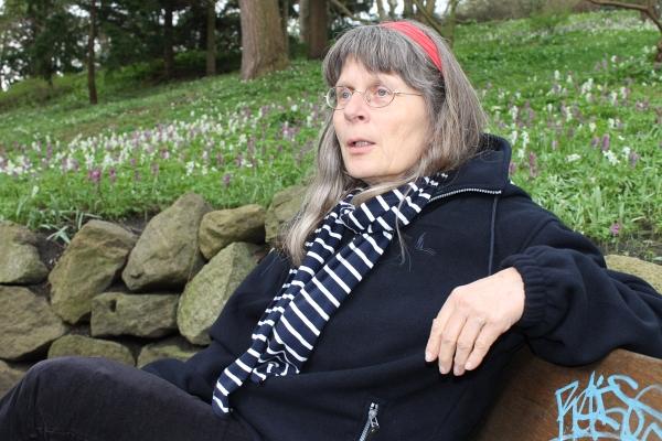 Anja Röhl auf einer Parkbank im Alten Botanischen Garten - Foto: © 2014 by Schattenblick