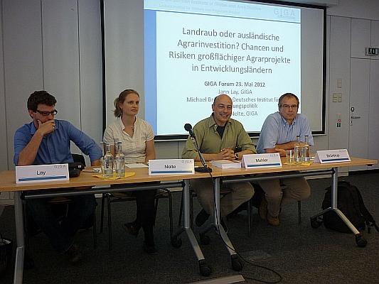 Podium mit Referenten und Moderator - Foto: © 2012 by Schattenblick