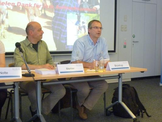 Dr. Michael Brüntrup in der Diskussion - Foto: © 2012 by Schattenblick