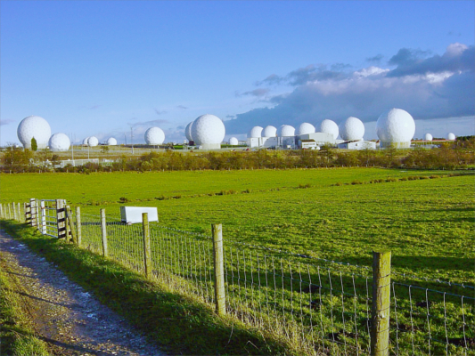 Radar-Radome auf Menwith Hill inmitten der Yorkshire Moors - Foto: © 2018 by Matt Crypto und von ihm zu jedem Zweck freigegeben
