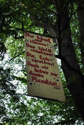 Transparent im Baum: 'Ihr könnt räumen! Den Wald abholzen! Die Erde zerstören! Doch wir haben nur diesen Planeten!' - Foto: © 2014 by Schattenblick